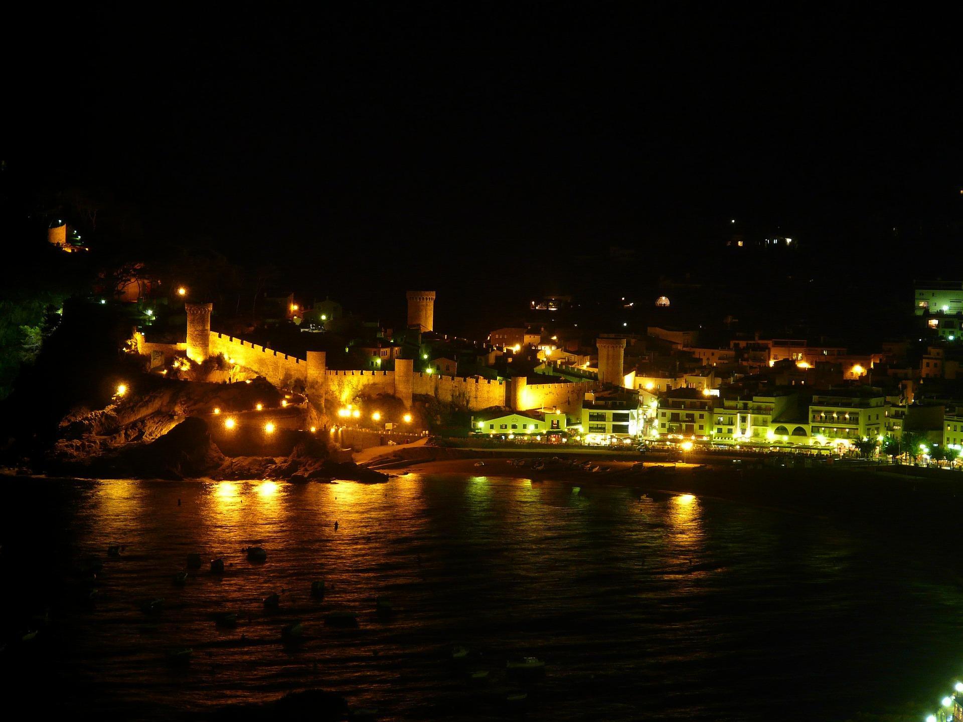 Tossa de mar illumine la nuit de face